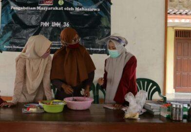 Mahasiswa PMM 36 UMM Gelar Pelatihan Pengolahan Keripik Brownies Pisang bersama Ibu-Ibu PKK Desa Ngambon